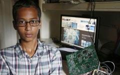الصورة: بالفيديو..قصة اعتقال الطالب المسلم مخترع الساعة في أميركا