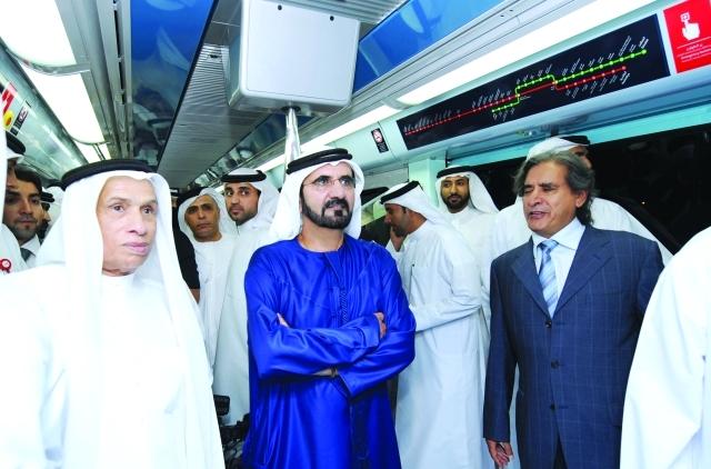 الصورة : ■ محمد بن راشد خلال تدشين تشغيل مترو دبي في مول الإمارات. 09 / 09 / 2009