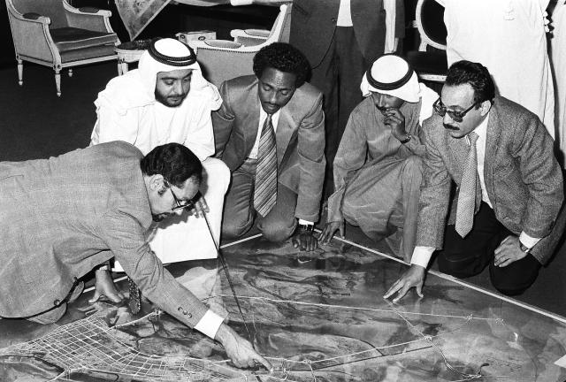 الصورة : ■  خليفة يطلع على مشروع جسر يربط مدينة أبوظبي بالسعديات - 26 / 11 / 1981