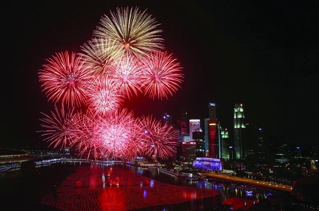 الصورة : الألعاب النارية أضاءت سماء سنغافورة - رويترز