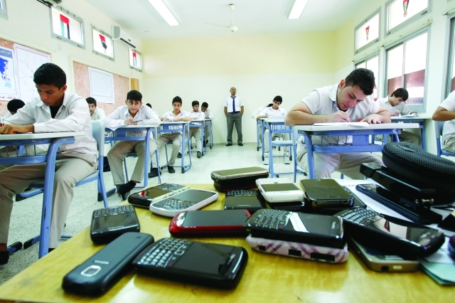 الصورة : حظر دخول هواتف الطلبة قاعة الامتحانات     أرشيفية