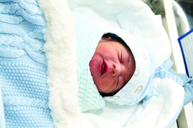 الصورة : سلطان الكتبي ثاني طفل.. وولد بمستشفى لطيفة في دبي   تصوير: ناصر بابو