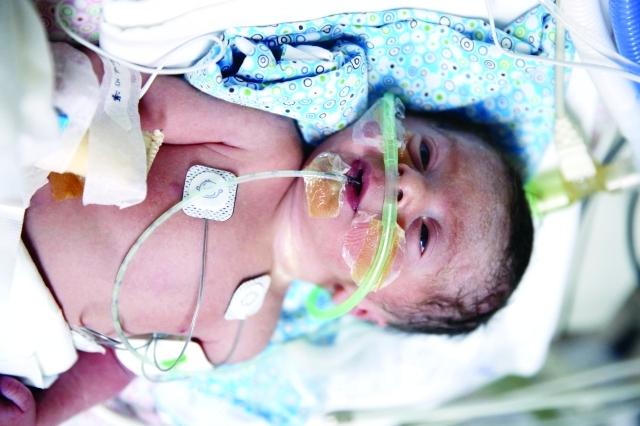 الصورة : سليمان أول طفل ولد في مستشفى دبي