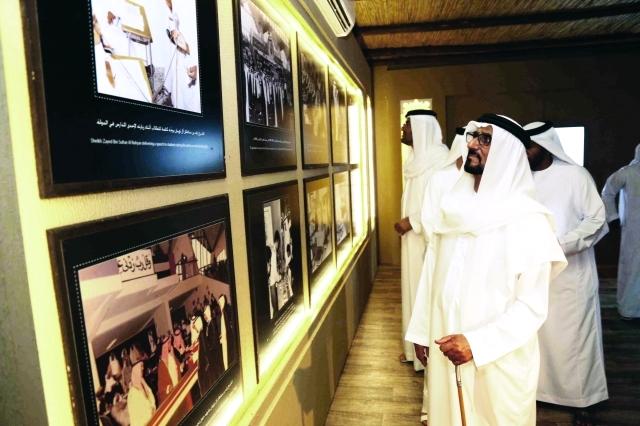 الصورة : فيصل بن سلطان بن سالم القاسمي خلال جولة تفقدية في جناح ذاكرة الوطن