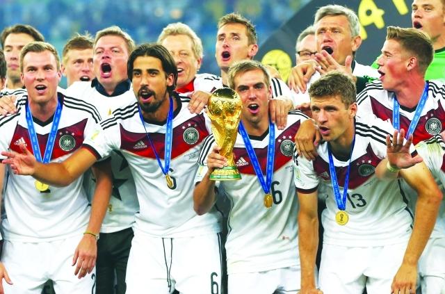 الصورة : ■ خضيرة يحتفل بلقب المونديال مع المنتخب الألماني     أرشيفية