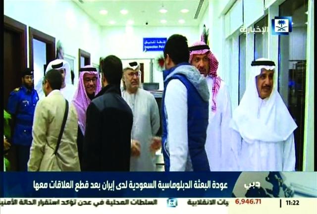 الصورة : ■  د. أنور قرقاش مستقبلاً الدبلوماسيين السعوديين في مطار دبي الدولي  |   أ.ف.ب
