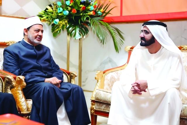 الصورة : ■ محمد بن راشد يتبادل الحديث مع أحمد الطيب شيخ الأزهر      البيان