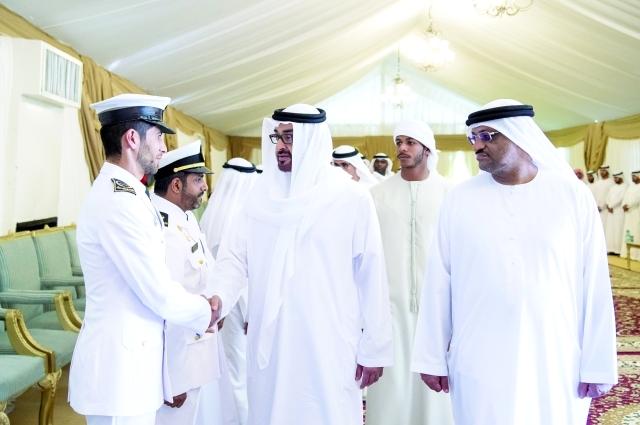 الصورة : ■ سموه مصافحاً عدداً من الضباط في مجلس عزاء الشهيد الظنحاني