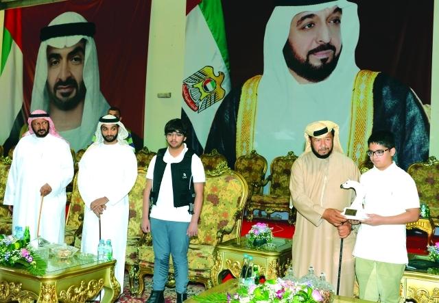 الصورة : ■ سلطان بن زايد يتوج زايد وحمدان بن محمد بحضور خالد بن سلطان  |  البيان