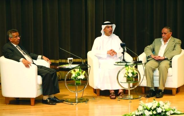 الصورة : العويس يتوسط صبري وعمر عبد العزيز خلال المؤتمر الصحافي     تصوير : محمود الخطيب