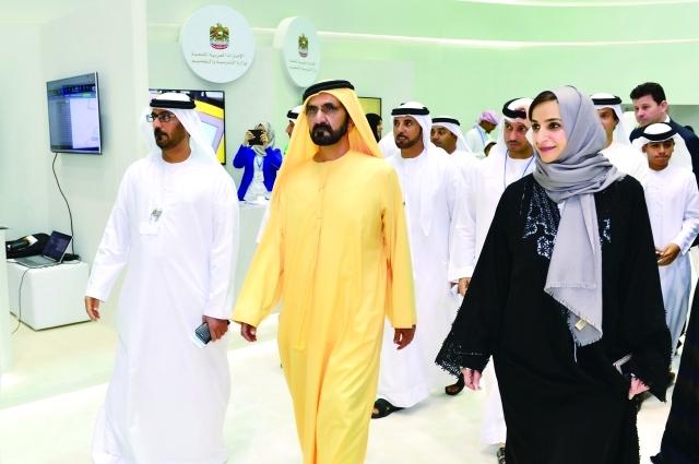 ■ محمد بن راشد خلال تفقده معرض الخليج لمستلزمات التعليم