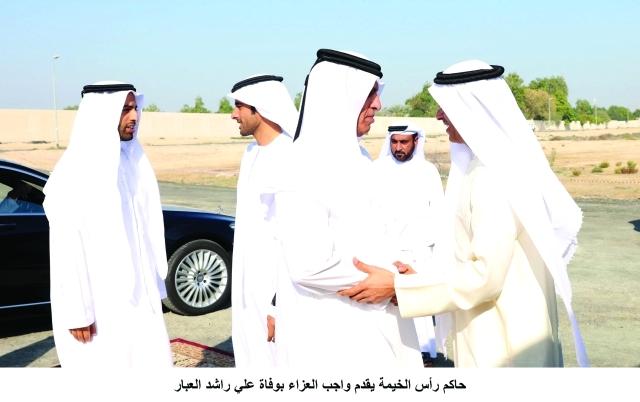 الصورة : ■ سعود بن صقر مواسياً محمد العبار لدى وصوله إلى خيمة العزاء