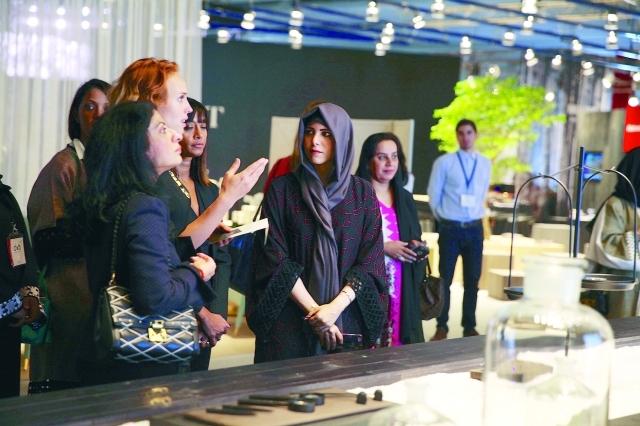 الصورة : ■ لطيفة بنت محمد تطلع على أحد أنشطة موسم دبي الفني  |  البيان