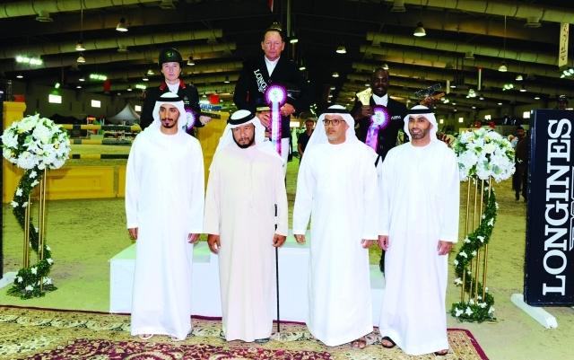 الصورة : ■ سلطان بن زايد مع الفائزين بالمراكز الأولى في شوط  الجائزة الكبرى   |  البيان