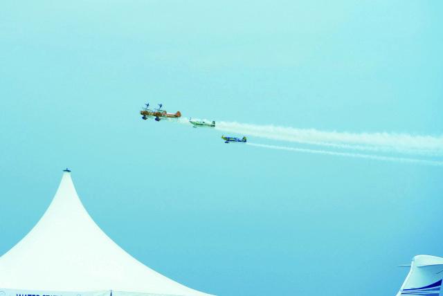 ■ جانب من إستعراض الطائرات في سماء المعرض