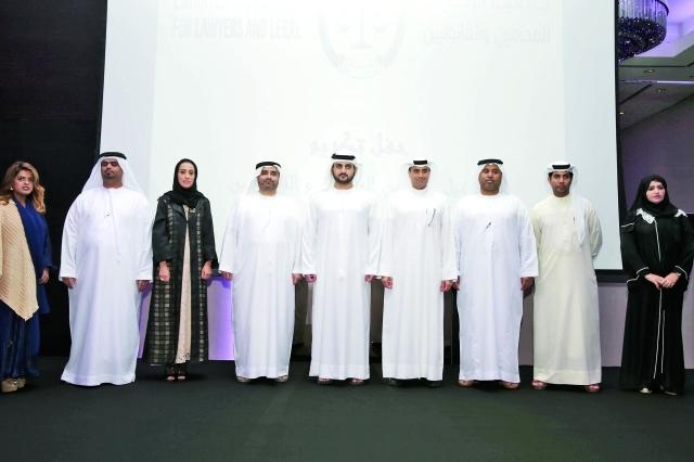 الصورة : مكتوم بن محمد متوسطاً رئيس وأعضاء جمعية الإمارات للمحامين  ــ  تصوير : خليفة اليوسف