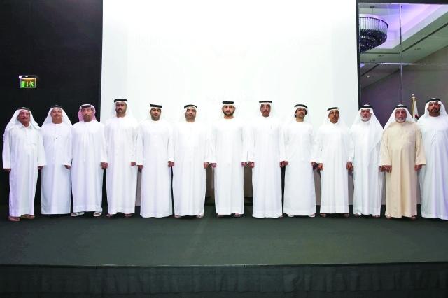 الصورة : نائب حاكم دبي متوسطاً المكرمين