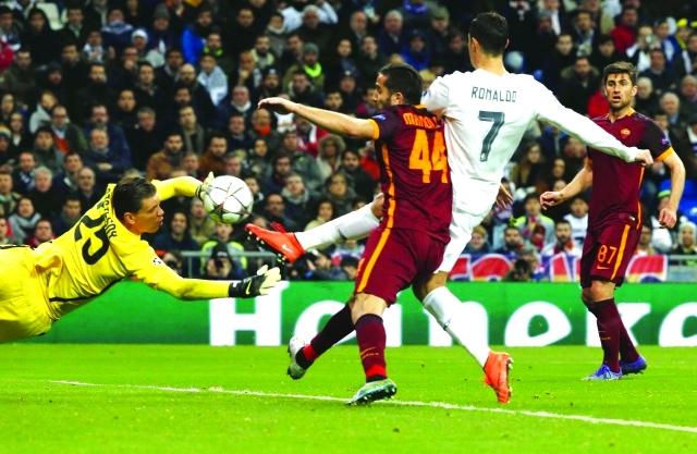 الصورة : ■ رونالدو لحظة تسجيله أول أهداف ريال مدريد في شباك روما  |  إي بي ايه