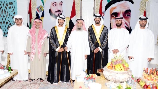 الصورة : صياح المنصوري والعريسان ووالدهما وعدد من المهنئين