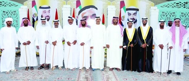 الصورة : خليفة وذياب بن سيف بن محمد والعريسان ووالدهما وجانب من الحضور