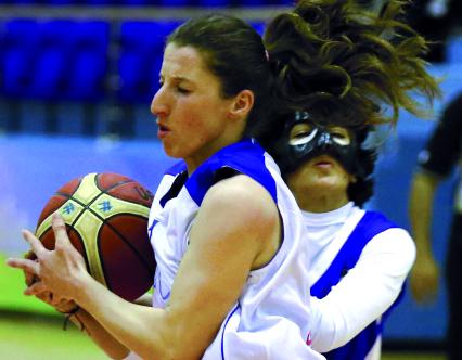 الصورة : ■ من مباراة سيدات الشارقة وأولمبيك الجزائرى لكرة السلة     تصوير: خالد نوفل