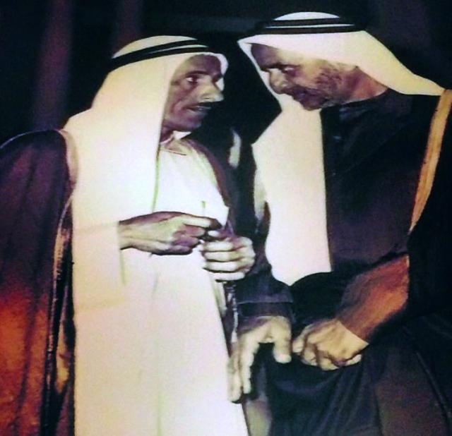 الصورة : ■ المغفور له الشيخ راشد بن سعيد في حديث مع محمد القاز