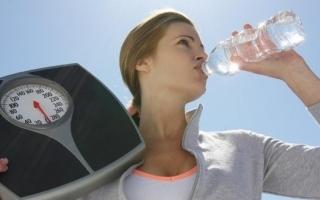 الصورة: الصورة: شرب الماء أسهل طريقة للتخلص من الوزن والسموم