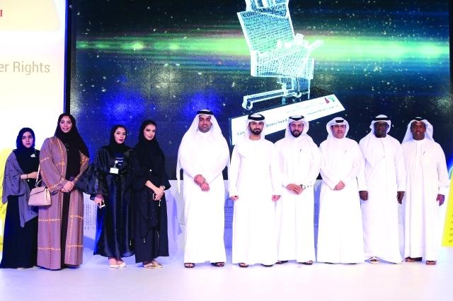 الصورة : ■ سموه مع فريق عمل البرنامج في «اقتصادية دبي» بحضور سامي القمزي ومحمد لوتاه