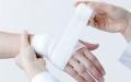الصورة: الصورة: تدبير الجروح لتقليل النزف والمخاطر