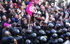 الصورة: الصورة: «سن التقاعد» يؤجج الخلاف بين الحكومة التونسية والنقابات