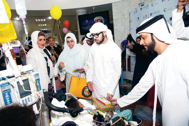 الصورة : خليفة بن سلطان آل نهيان يقدم هدية و عيدية لأحد الأطفال المرضى