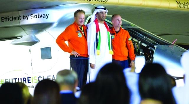 الصورة :  سلطان الجابر مع قائدي الطائرة لحظة وصولها ابوظبي      وام
