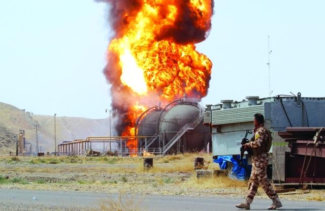 الصورة : ■ نيران تشتعل في محطة نفطية عقب هجوم «داعش»  |  رويترز