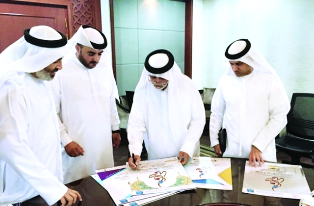 الصورة : Ⅶ إبراهيم بوملحة وأعضاء اللجنة خلال اختيار الملصق |   من المصدر