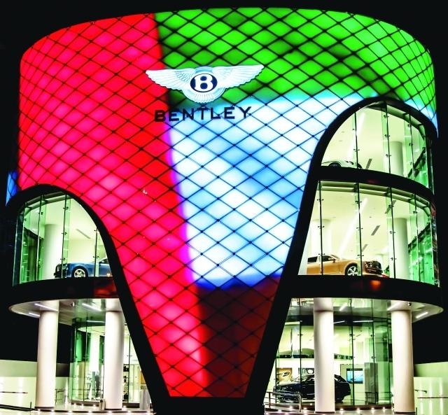 الصورة : ■ صالة بنتلي الأكبر في العالم بألوان علم الإمارات     البيان