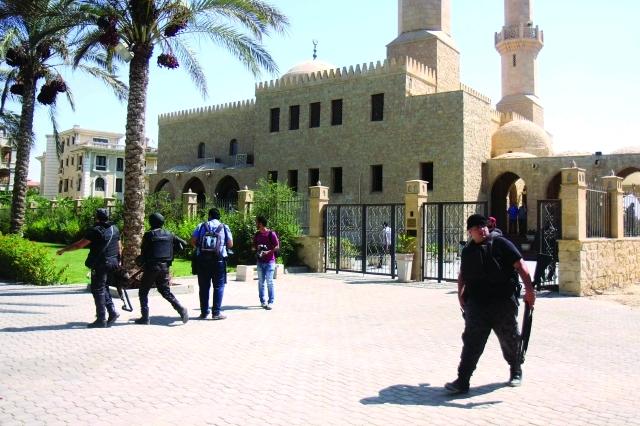 الصورة : ■ الشرطة المصرية تحيط بالمسجد الذي شهدت باحته محاولة الاغتيال  |  أ.ف.ب
