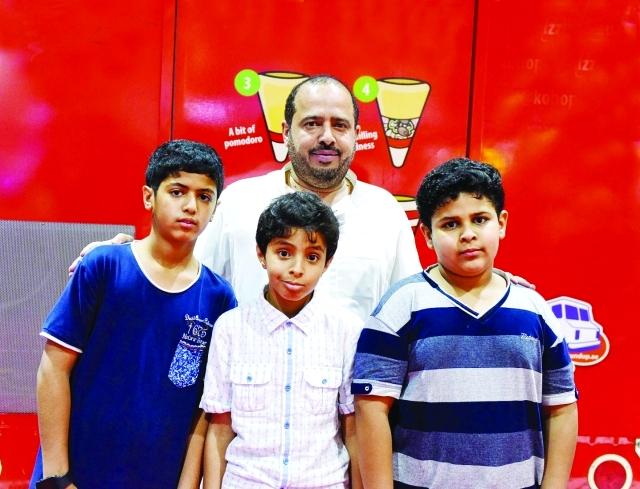 الصورة : ■ إبراهيم صالح الجبر مصطحباً أبناءه