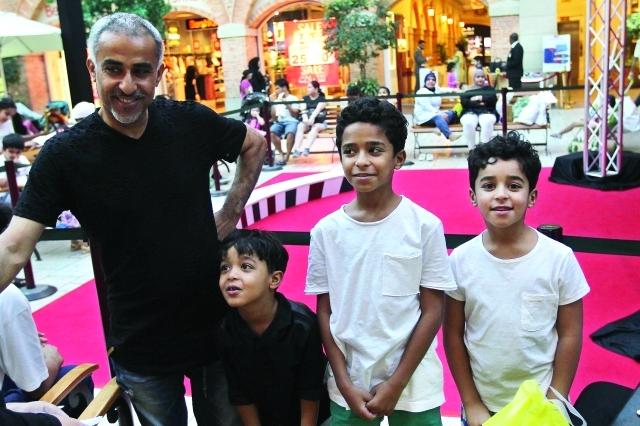 الصورة : ■ عبد الرحمن الصانع برفقة أولاده