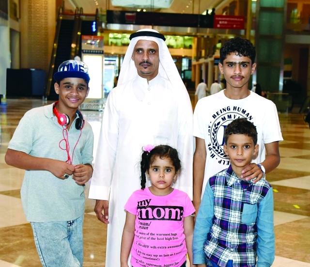 الصورة : ■ إبراهيم مبارك مع عائلته