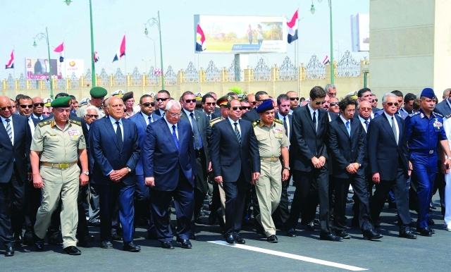 الصورة : ■ السيسي يتقدم الجنازة العسكرية للعالم الراحل أحمد زويل