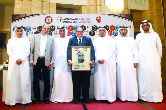 الصورة : Ⅶ لقطة جماعية عقب توقيع اتفاقية السوبر الإماراتي بين الأهلي والجزيرة  |  البيان