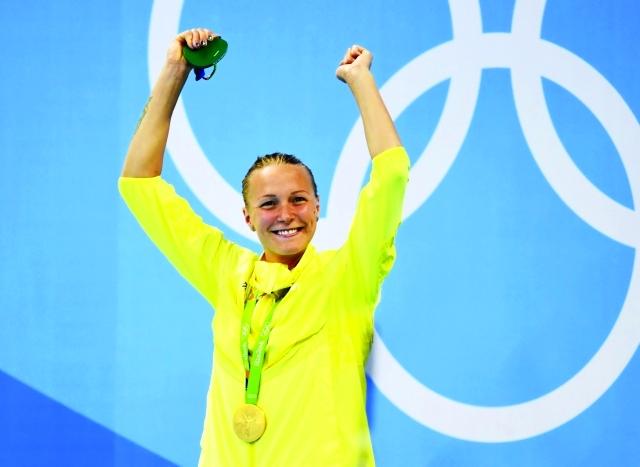 الصورة : ■ الهولندية سيستروم محتفلة بذهبية السباحة     أ ف ب