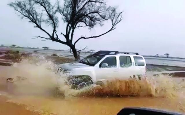 الصورة : أمطار الخير على مناطق أخيضرة ومليحة وطريق دبي العين   البيان