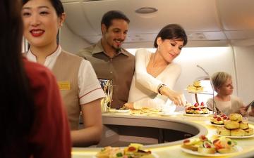 الصورة: الصورة: «الإمارات لتموين الطائرات».. خلية نحل لا تهدأ