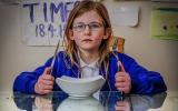الصورة: «أوليفيا» طفلة «إلكترونية»  لا تنام ولا تأكل ولا تتألم