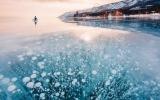 """الصورة: """"بيكال"""" أعمق بحيرة في العالم تغطيها كرات من الهواء المتجمد"""