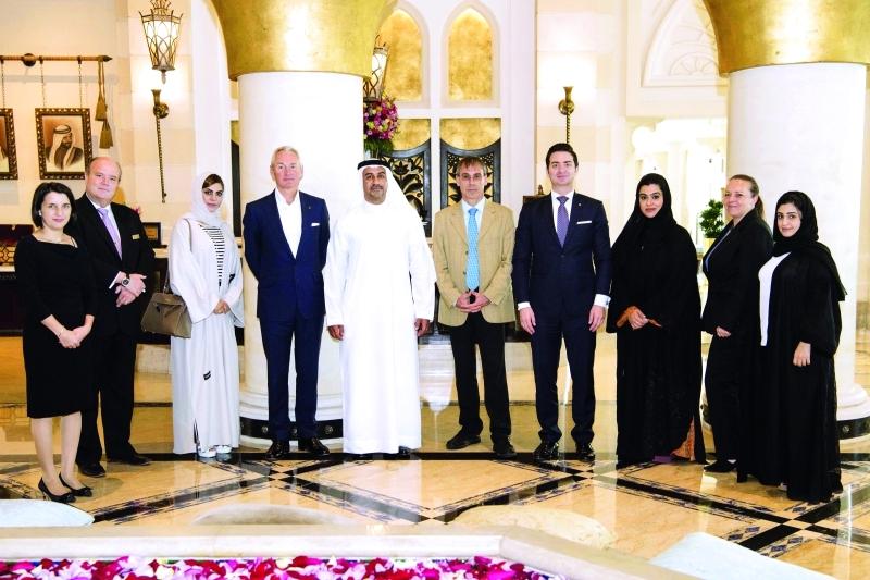 الصورة : Ⅶ المسؤول الأممي يتوسط أعضاء اللجنة المنظمة والشركاء من مجموعة جميرا وطيران الإمارات   |  البيان