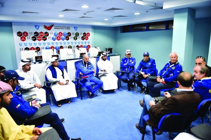 ■ اجتماع اللجنة المنظمة في نادي حتا أمس برئاسة سعيد حارب  |  البيان