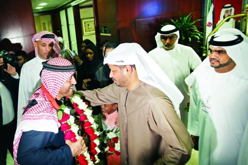 ■ بن فطيس خلال الاستقبال في مطار دبي |  تصوير- عماد علاء الدين