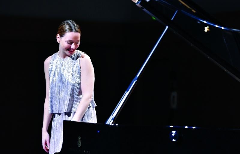 الصورة : جيديت وعزف منفرد على البيانو